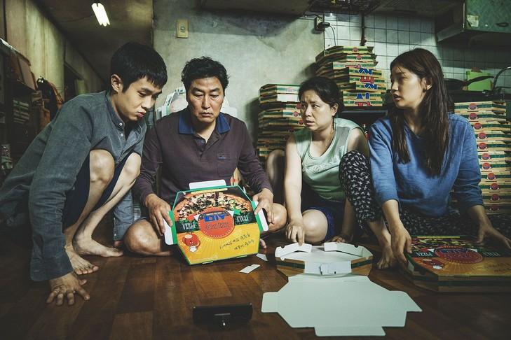 Parasite-oppose-mondes-celui-Kim-famille-pauvre-sentasse-entresol-malodorant-celui-famille-Park-caricature-nouvelle-elite-coreenne_0_729_486